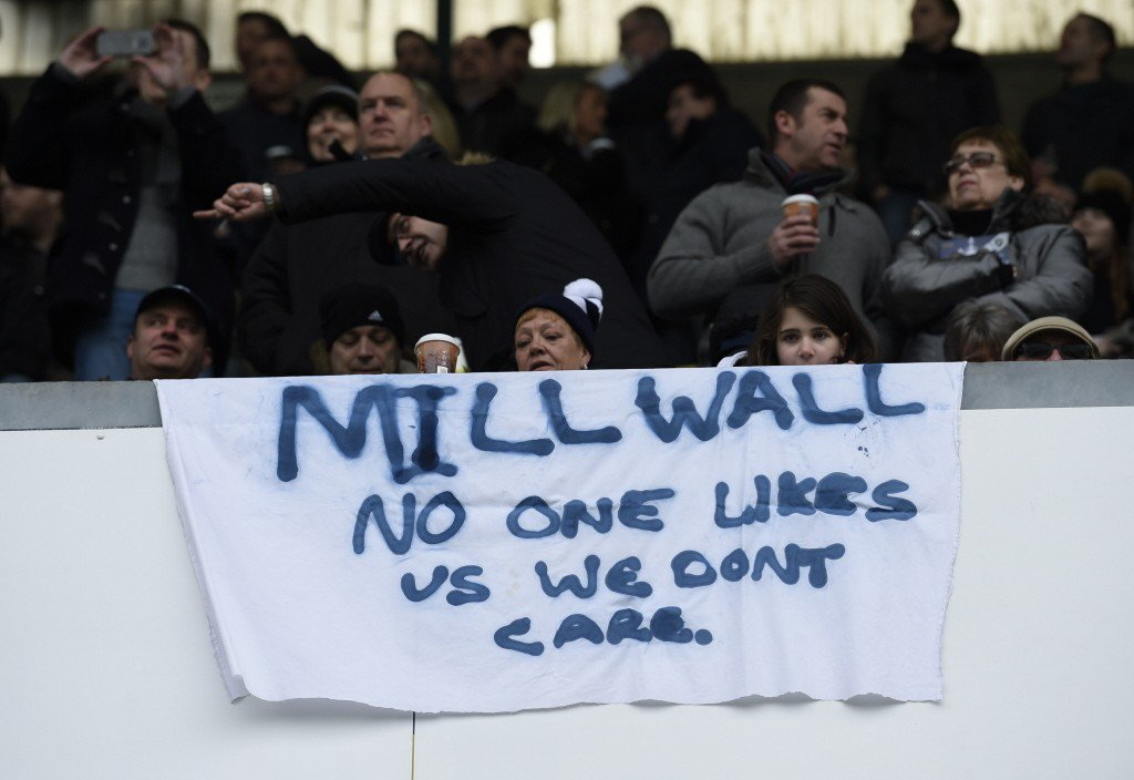 米爾沃球迷掛上「沒人喜歡我們,而我們不在乎」布旗。 圖/路透社