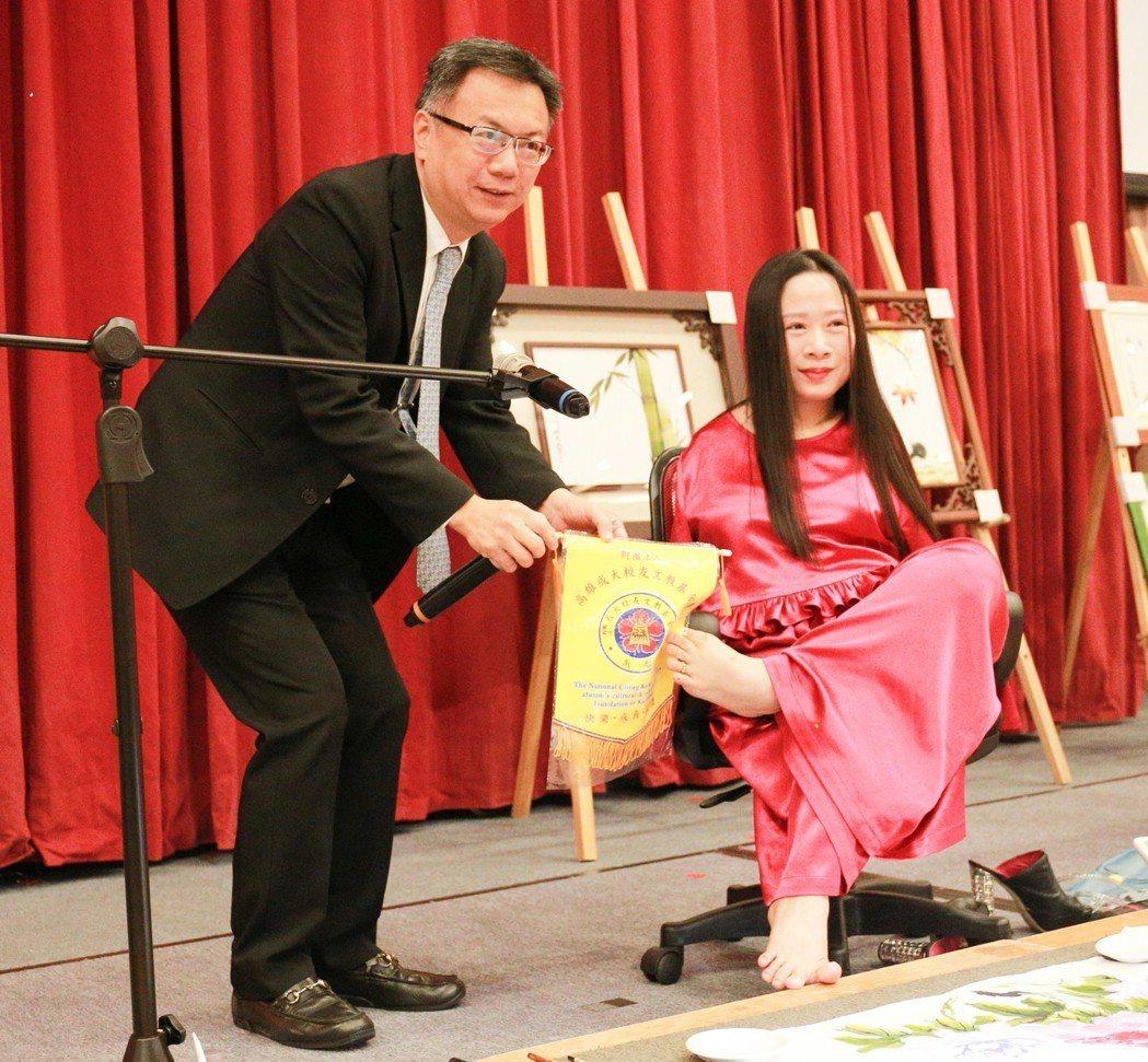 成大校友文教基金會董事長卓永富(左)邀請國際口足畫家楊恩典演講。 攝影/張世雅