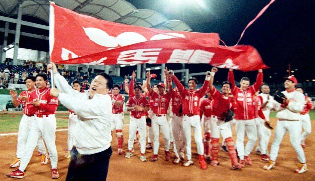 圖為時任味全董事長魏應行在1999年奪冠後開心揮舞旗幟畫面。 圖/聯合報系資料照