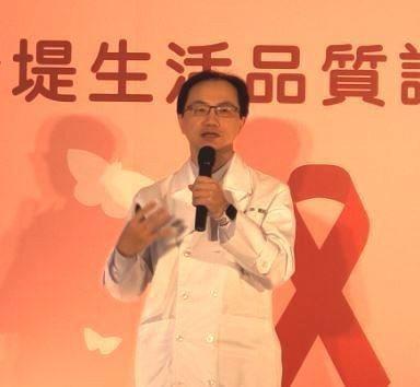 亞東醫院感染科主治醫師楊家瑞於記者會上,宣導愛滋患者需要讓醫生了解用藥情形。(P...