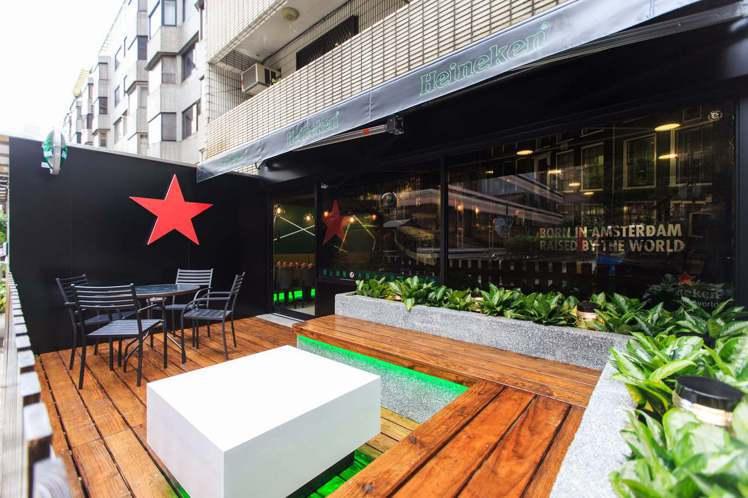 7-ELEVEN X「海尼根」聯名店設有海尼根鮮封生啤太空機、室內酒吧區與戶外L...