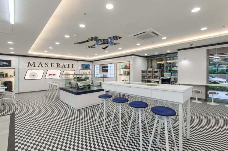 7-ELEVEN X「瑪莎拉蒂」聯名店,地板採用的賽車格圖案為隱喻瑪莎拉蒂曾叱吒...