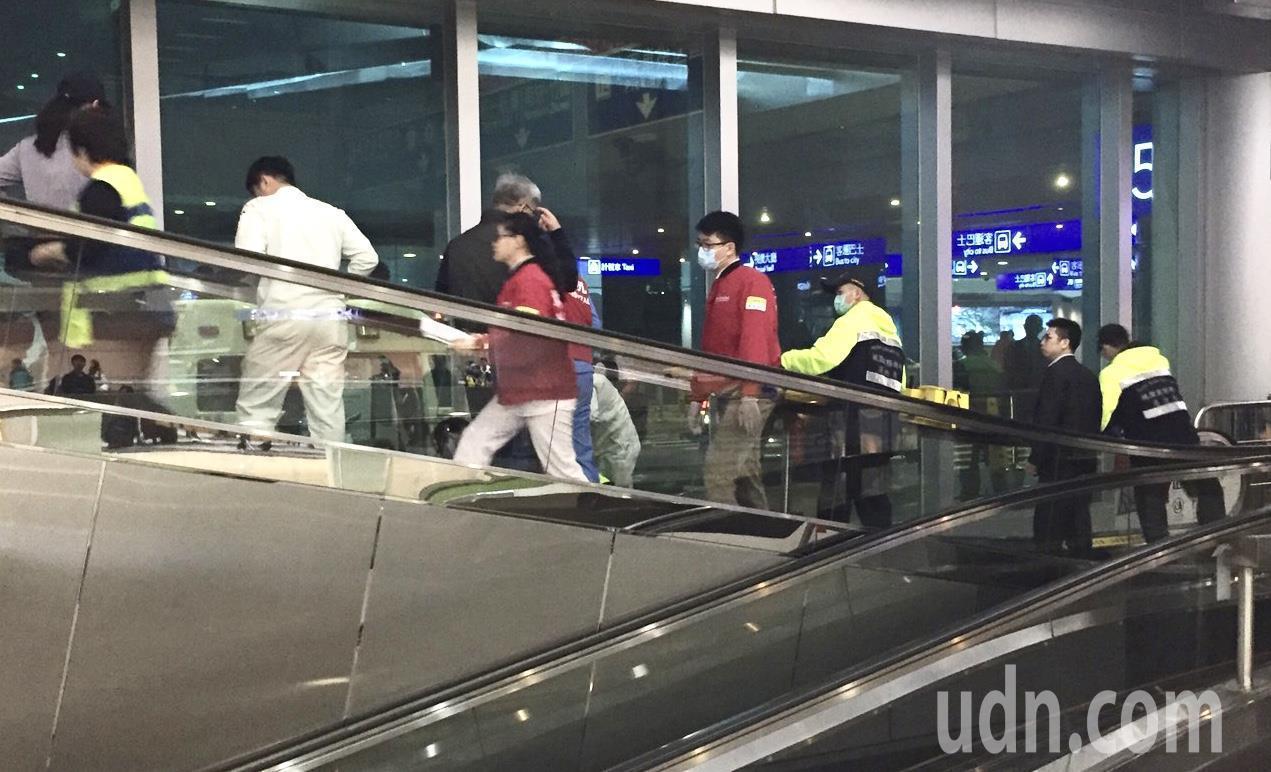 桃園機場第2航廈凌晨墜樓事件發生後,警方及醫護人員趕到現場急救。(讀者提供)