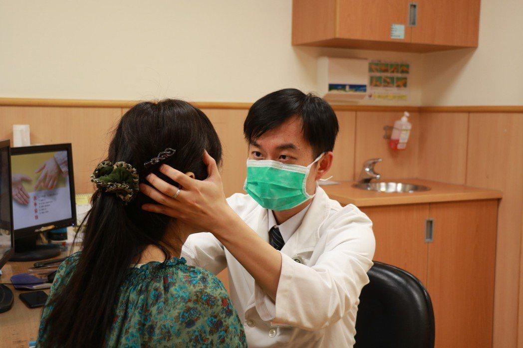 台言慈濟醫院張滋圃醫師詢問病史並透過檢查研判病情。圖/台中慈濟醫院提供