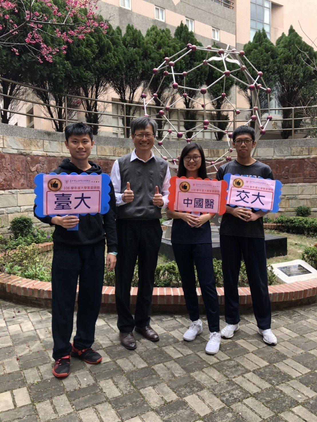 大學學測繁星今天放榜,大甲高中校長蕭建華和上榜學生合影。圖/大甲高中提供