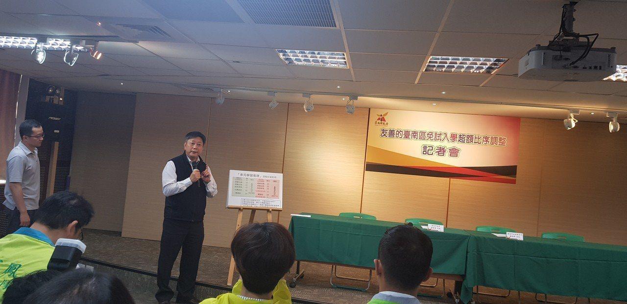 台南市教育局長鄭新輝今天宣佈超額比序變革。記者修瑞瑩/攝影