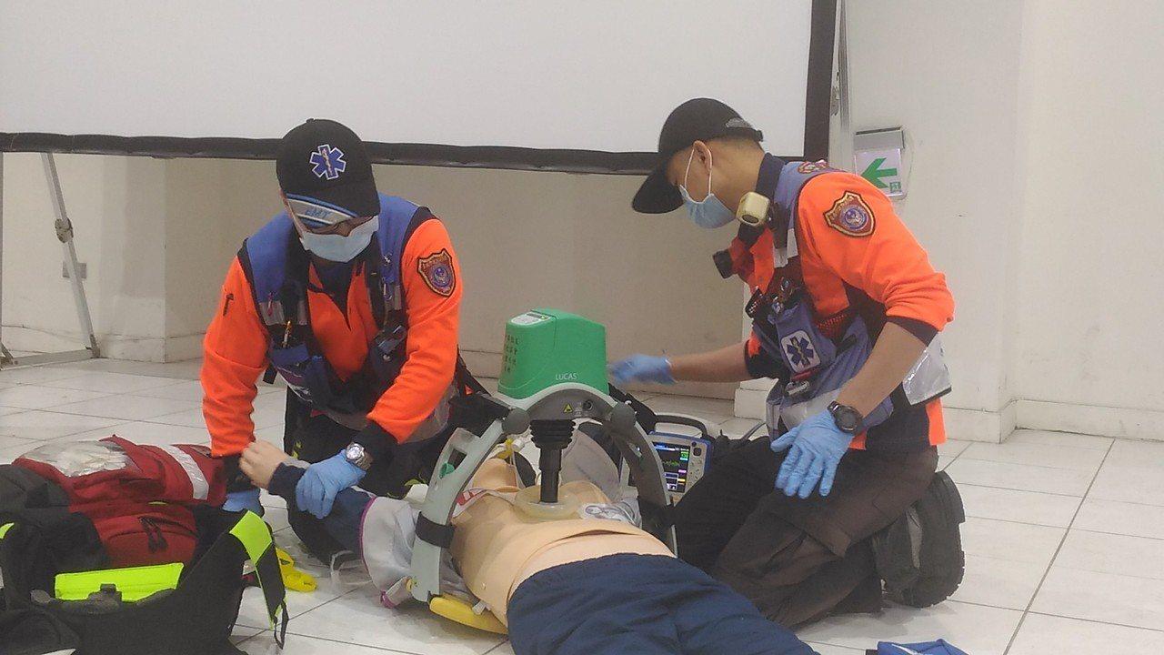 台南市消防局救護人員示範使用自動心肺復甦機,發揮更大救護效能。記者黃宣翰/攝影