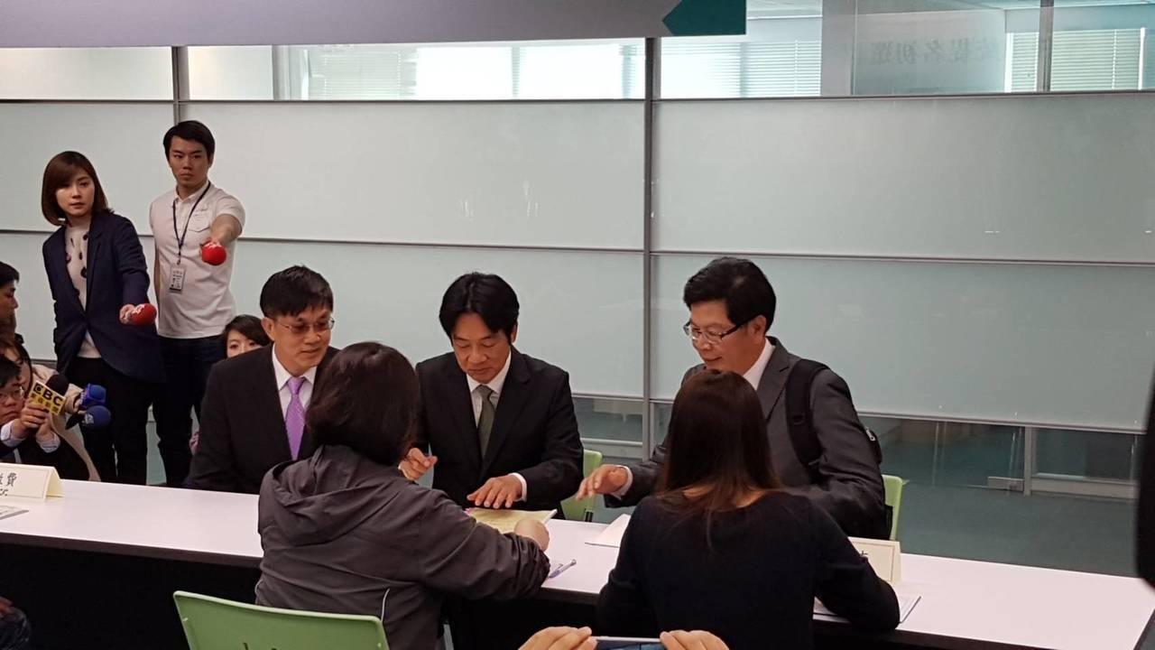 行政院前院長賴清德今天登記黨內初選。記者/林麗玉攝影