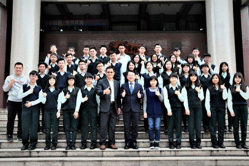大學繁星推薦放榜,台中市僑泰高中有53位學生錄取,其中通過醫學系第一階段篩選的有2人,另有29人考取國立大學。圖/僑泰高中提供