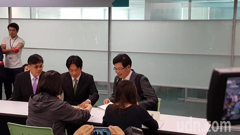 行政院前院長賴清德(中)今天登記2020黨內初選。記者/林麗玉攝影