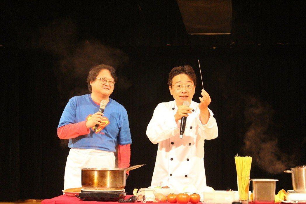 大提琴音樂家張正傑(右)與藝人趙自強(左)聯手演出「牛肉麵PK義大利麵」親子音樂...