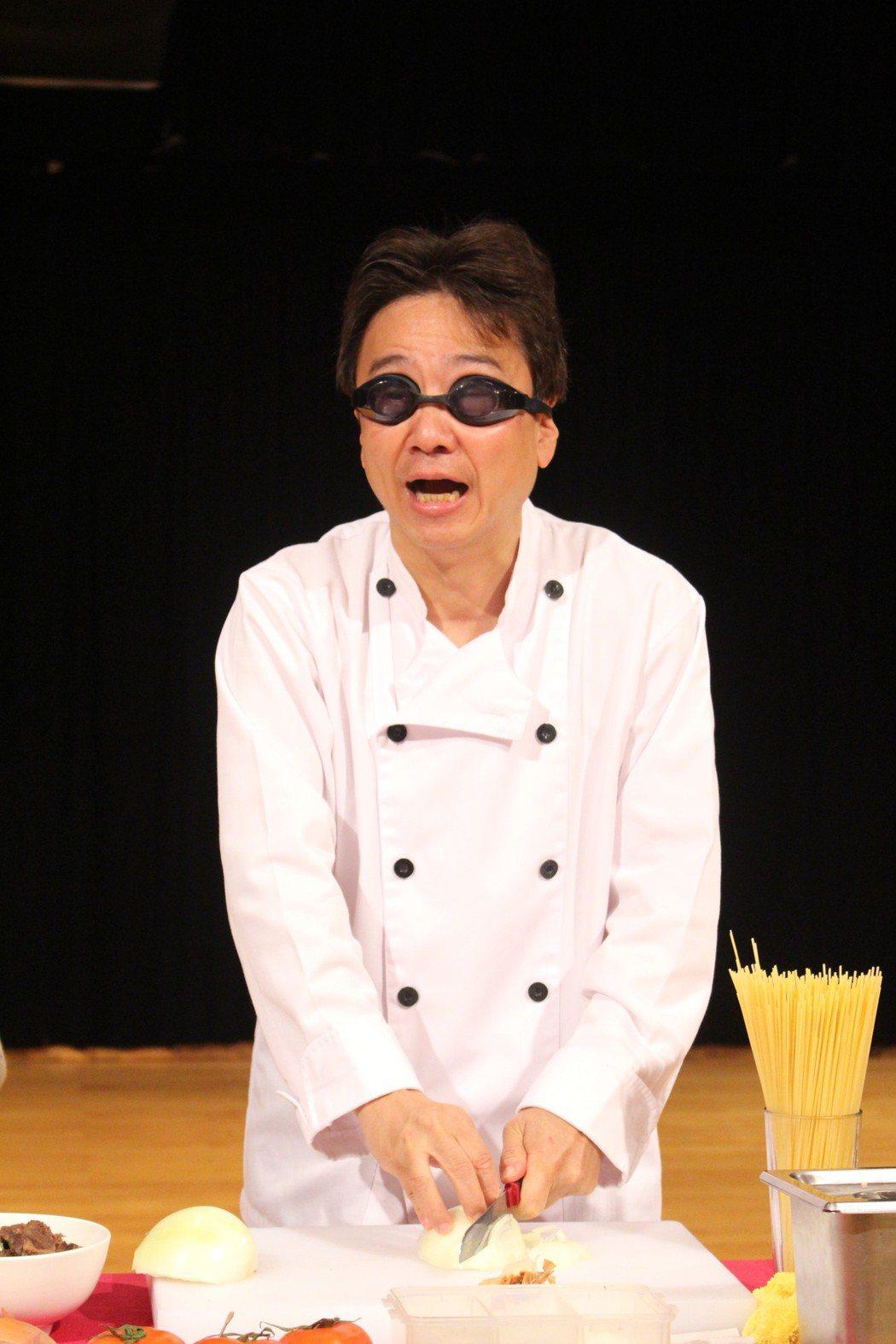大提琴音樂家張正傑今年推出「牛肉麵PK義大利麵」親子音樂劇,並搞笑戴上泳鏡切洋蔥...