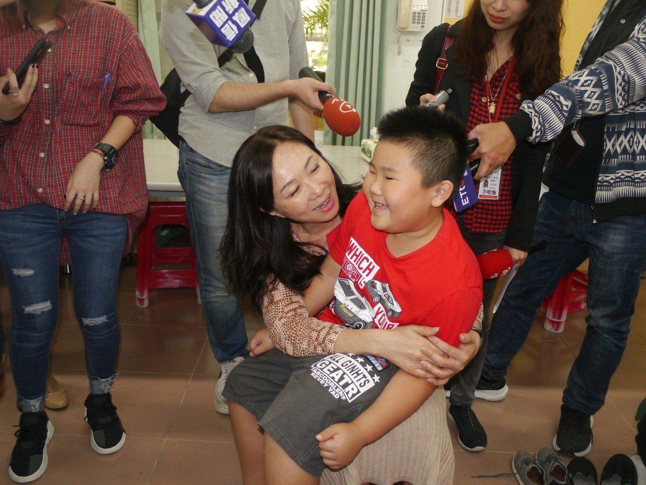 高雄市長夫人李佳芬到六龜當一日志工,開心擁抱龍興國小學童。記者徐白櫻/攝影