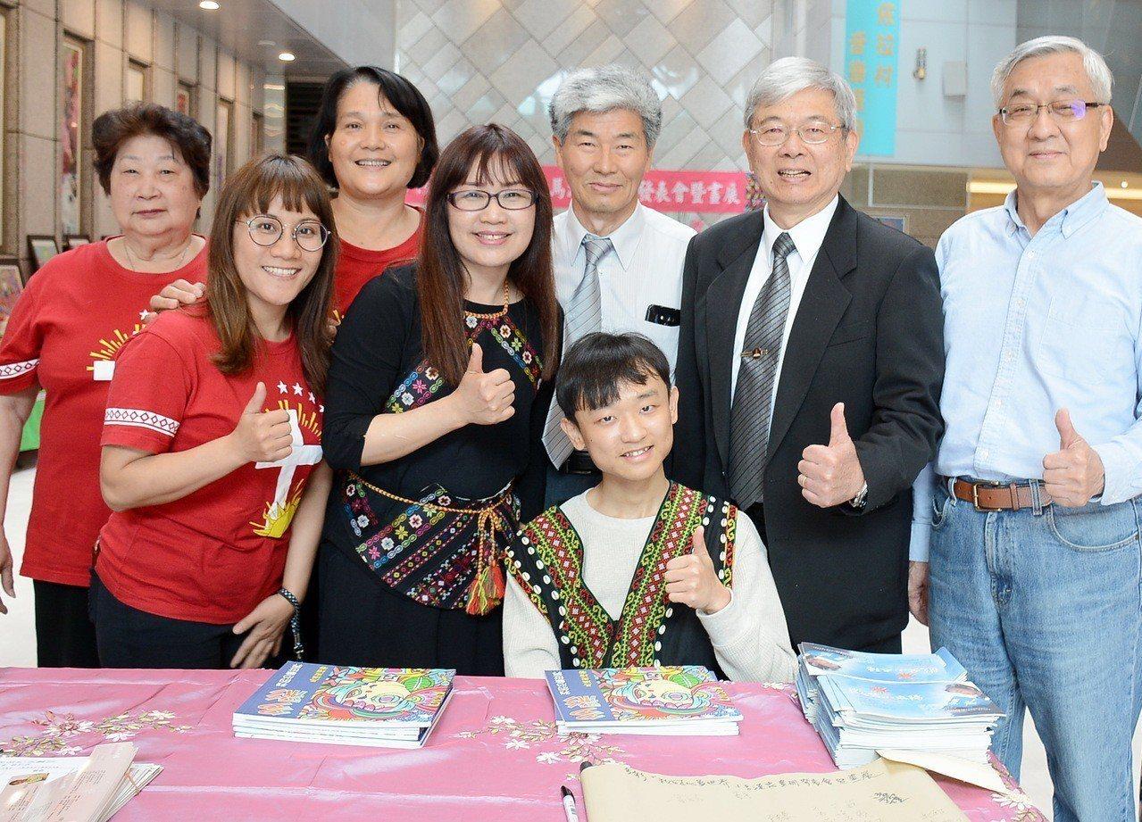 抗癌26年的「微笑小太陽」馬漢忠(前中)為替父親圓夢籌募教會福音車,他出版生平第...