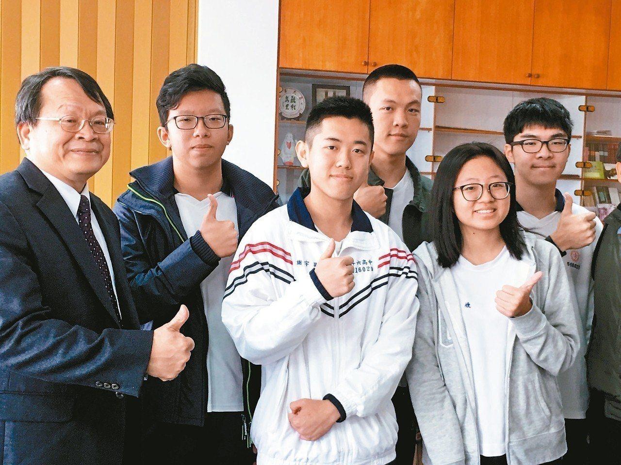 斗六高中謝宇昊(左三)3年前國中會考是雲林狀元,如今再拿下滿級分佳績。圖/資料照...