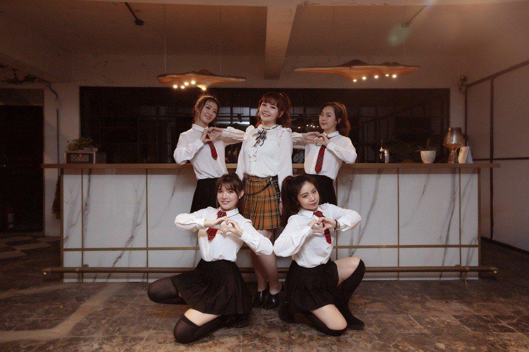 楊上昀(後排中)以唱跳歌手為目標。圖/意林有限公司提供