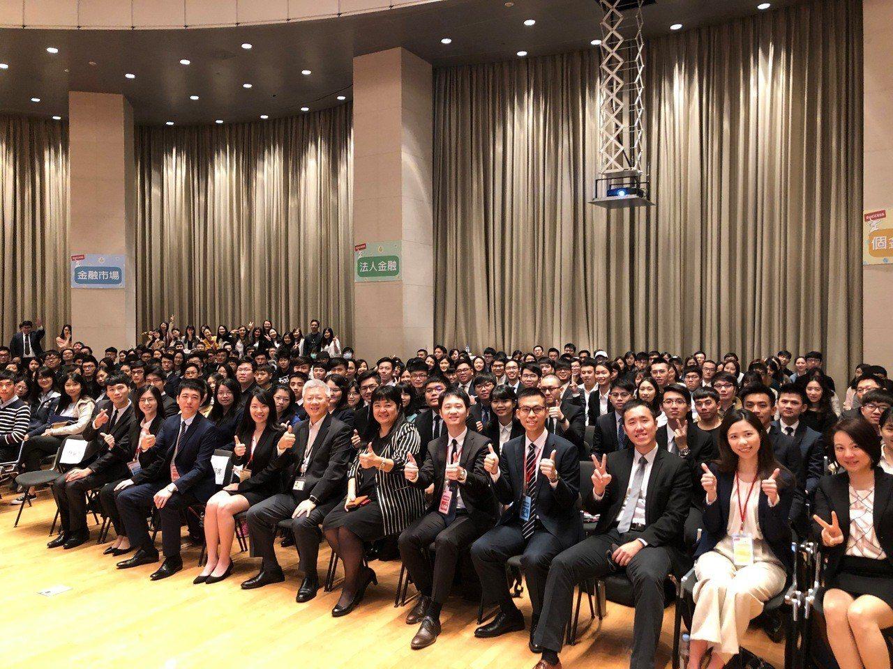 台新金控舉辦儲備菁英說明會,吸引逾300位同學出席。 台新金控/提供