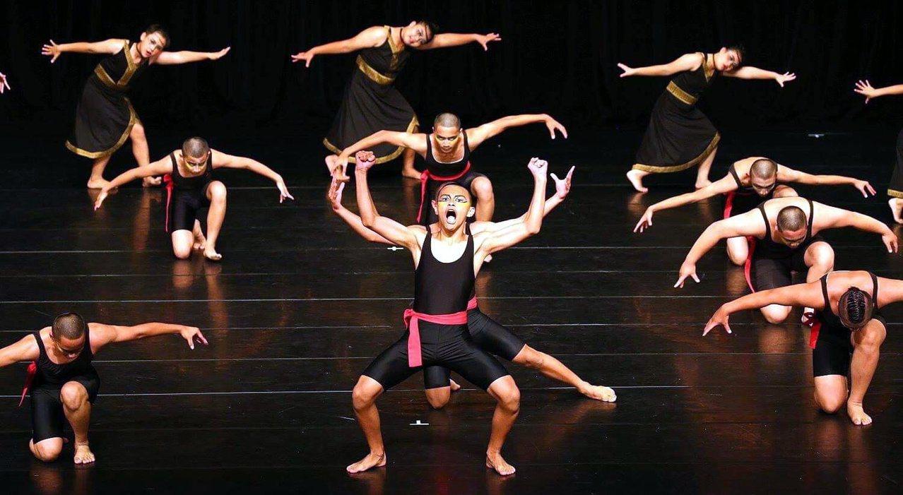 桃源國中今年的參賽舞碼是「Bunin saikin 移動的傷口」,用潺潺溪水聲來...
