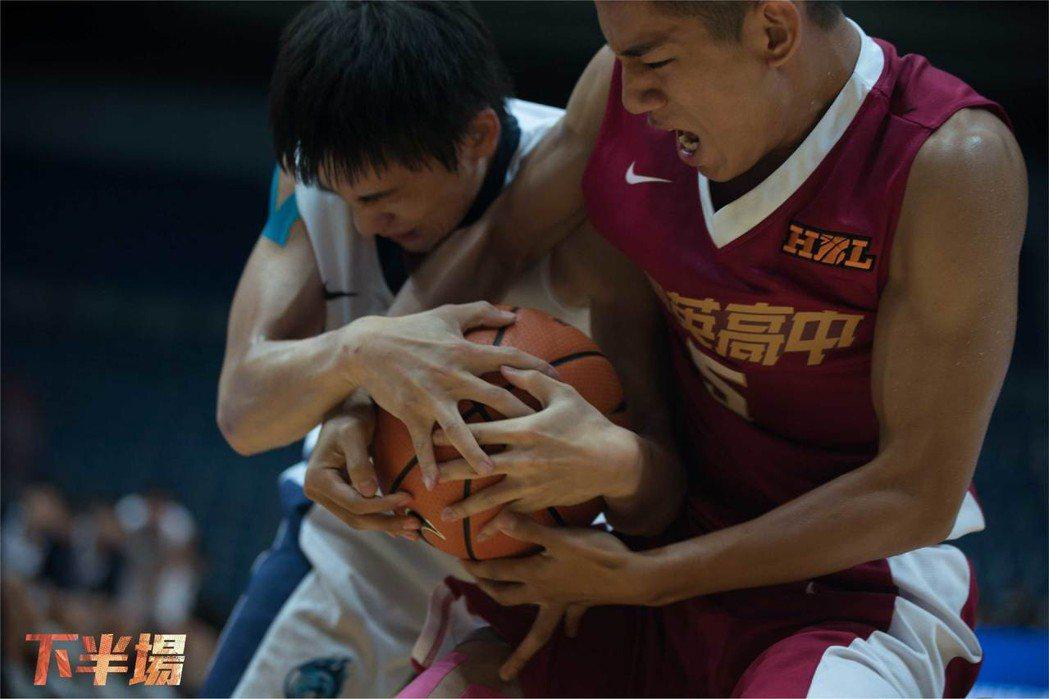 「下半場」風格熱血,是台灣首部關注HBL的運動籃球電影。圖/華納兄弟提供