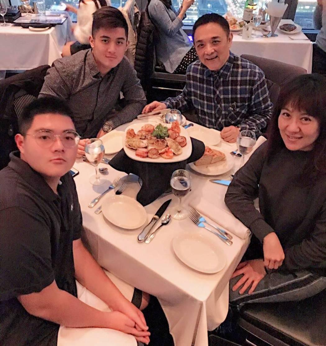 林姿佑(右起)與小亮哥及兩個兒子一家四口。圖/林姿佑提供