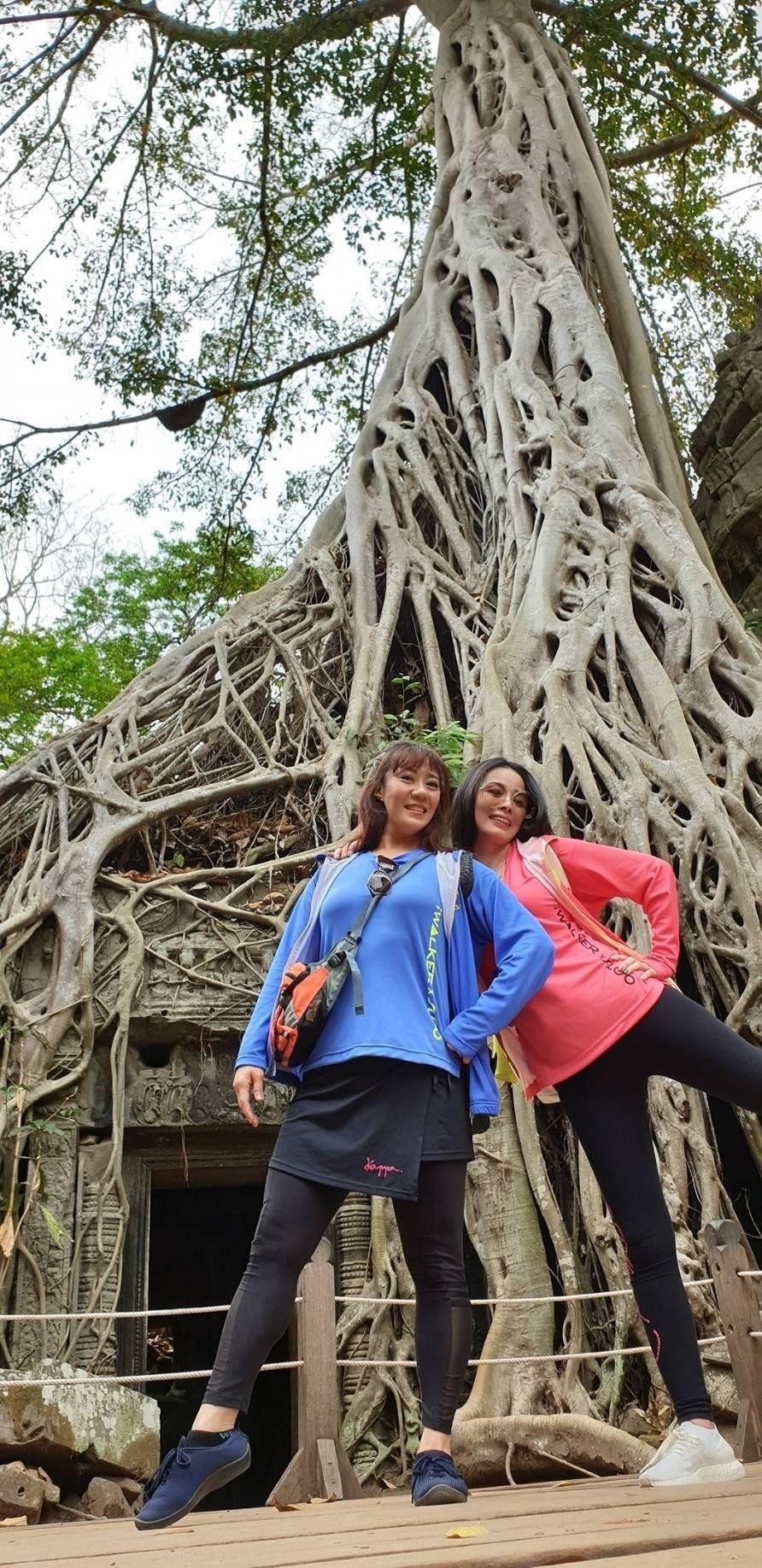 呂文婉(右)及林姿佑朝聖柬埔寨「古墓奇兵」拍攝景點。圖/呂文婉提供