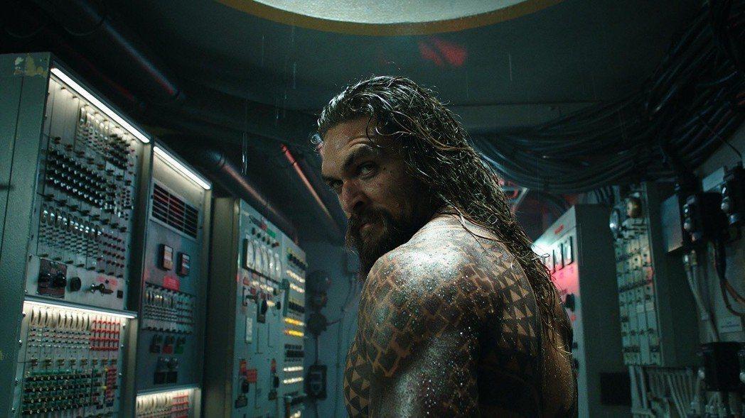 傑森摩莫亞主演「水行俠」後大紅,目前又將演出科幻片「沙丘魔堡」。圖/華納兄弟提供