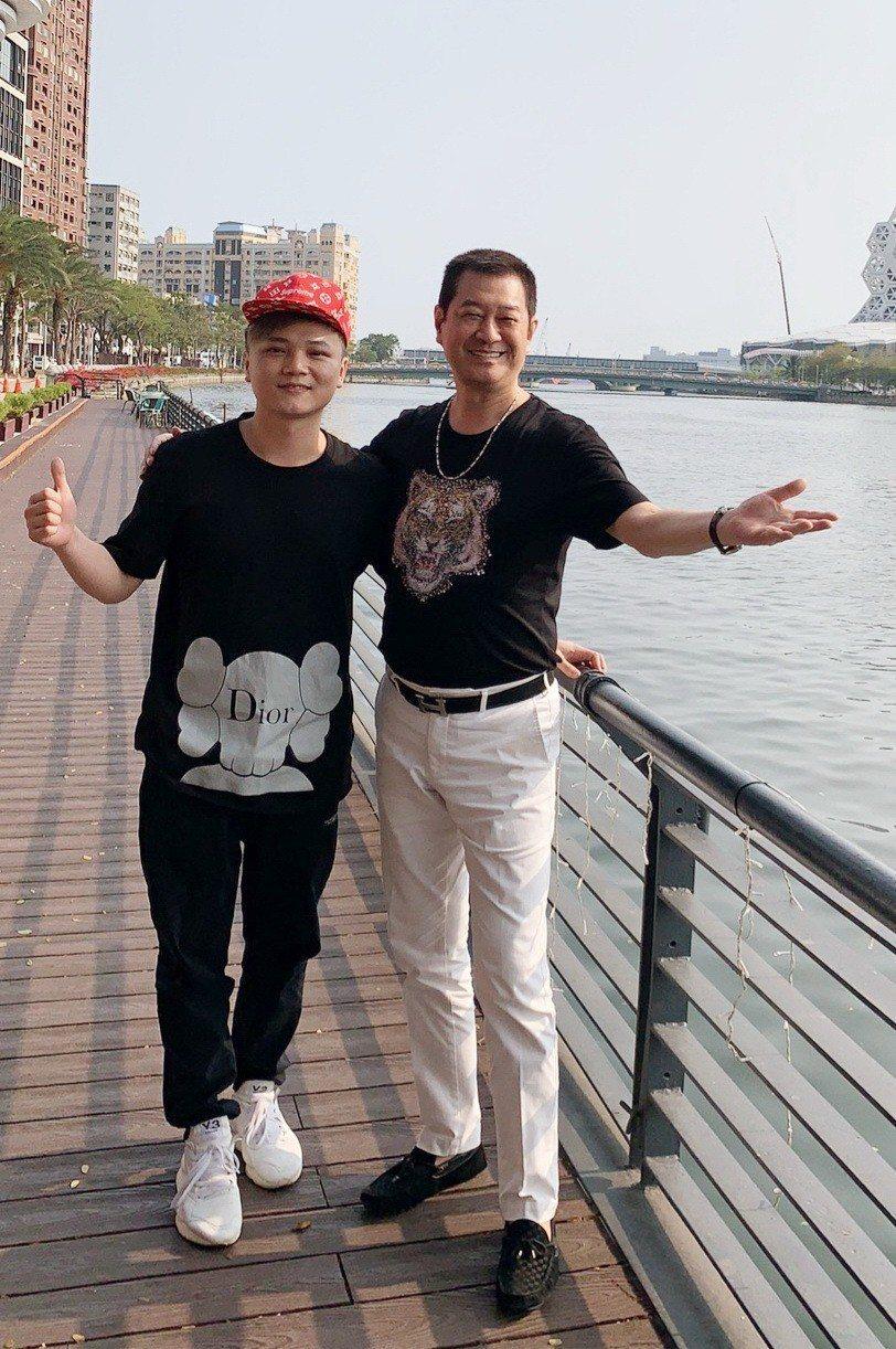 蔡小虎(右)盡力安慰遺失音樂檔案的林偉龍。圖/超級娛樂提供