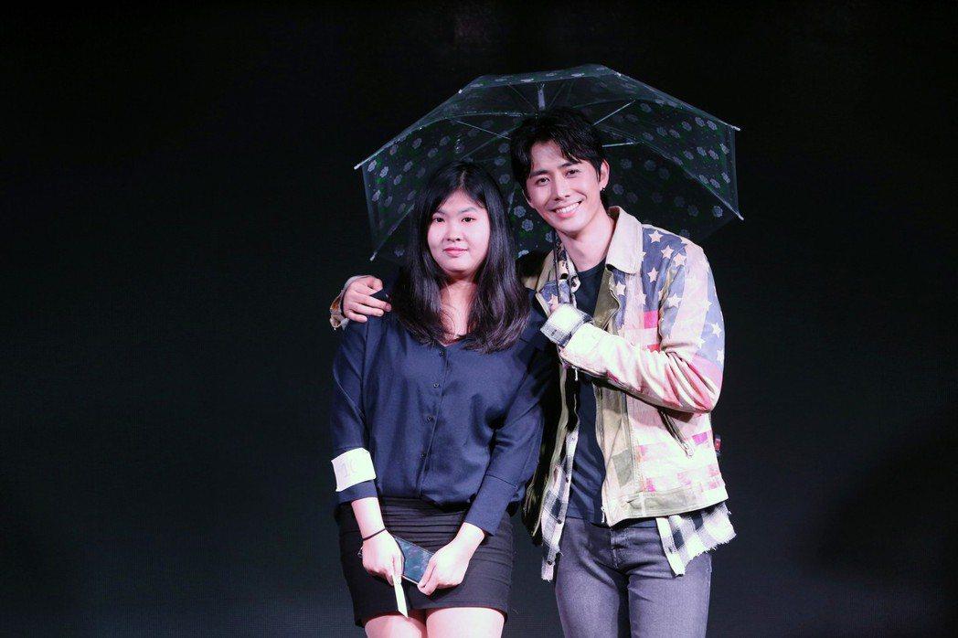 温以飛(左)和粉絲有近距離互動。圖/WebTVAsia Taiwan提供