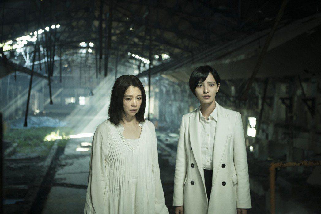 徐若瑄(左)在「獵夢特工」中角色特殊。圖/HBO提供