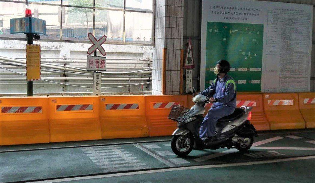 多數機車新手仍習慣自行練習騎機車考照。記者卜敏正/攝影