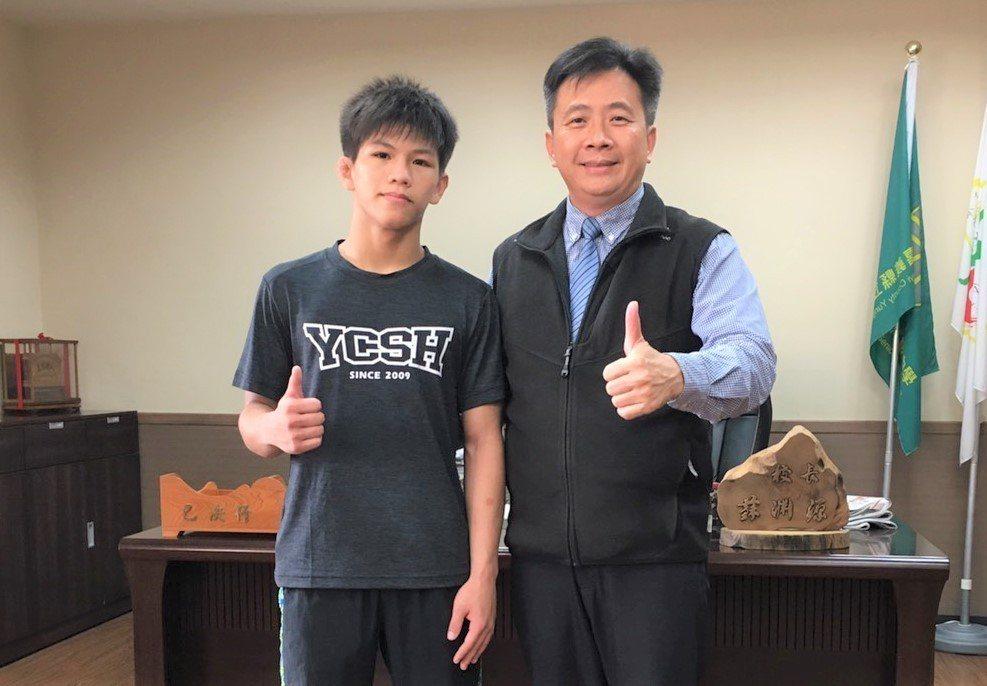 永慶高中校長蘇淵源(右)稱讚林玄彬(左),從小培養遇挫折、不畏逆境精神,是學習典...