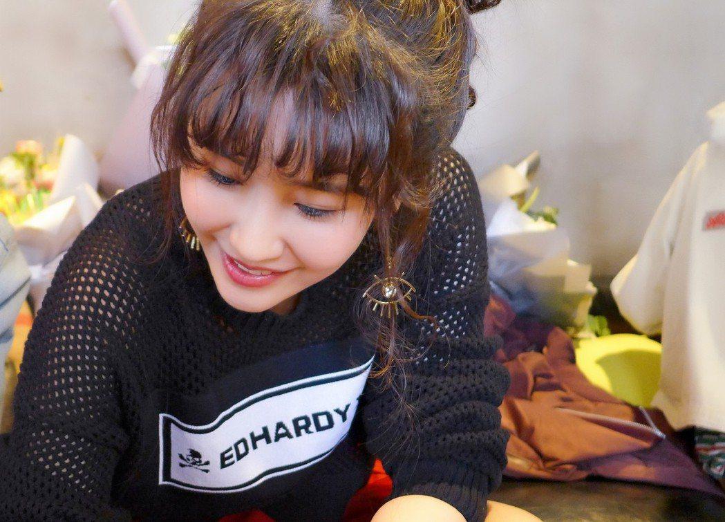 黃心娣為粉絲簽名。圖/周子娛樂提供