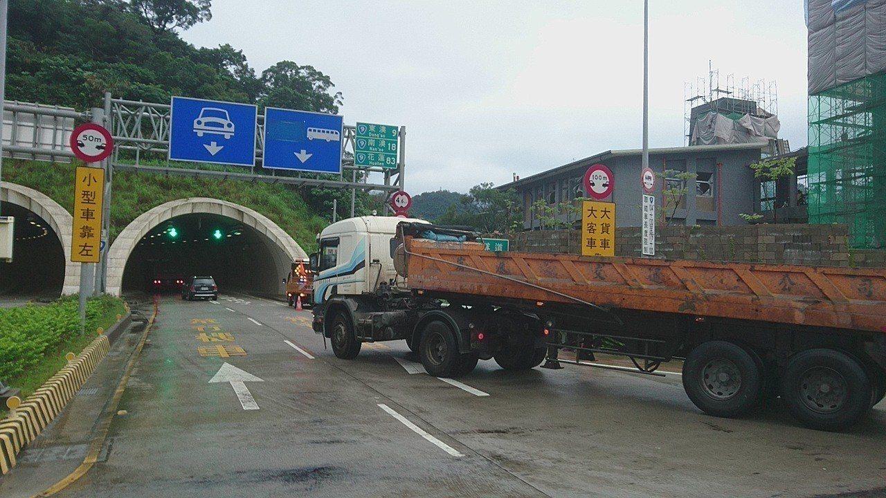 公路總局經過大數據分析,今天與地方政府及貨運業者訂出,連假尖峰時段管制大貨車通行...