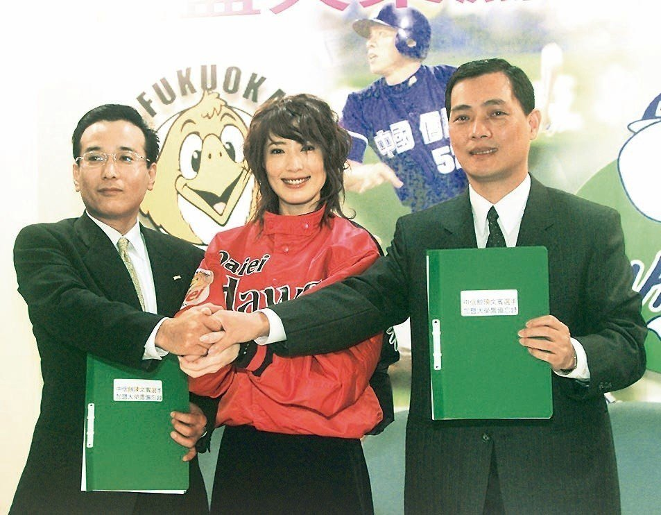 大榮鷹球團代表安田裕明(左)在2003年曾與中信鯨領隊林明鈿(右)簽定球員交流備...