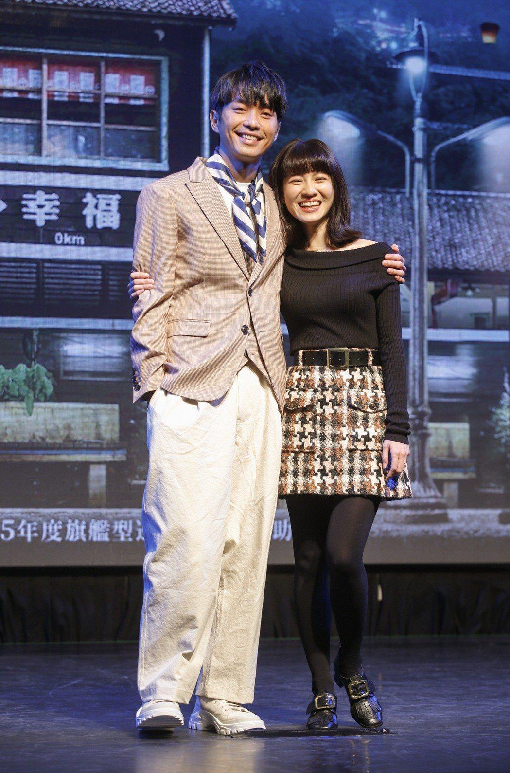 三立新電視劇「一千個晚安」在台北三創生活園區舉行特映會,主角張棟樑 (左)與連俞...