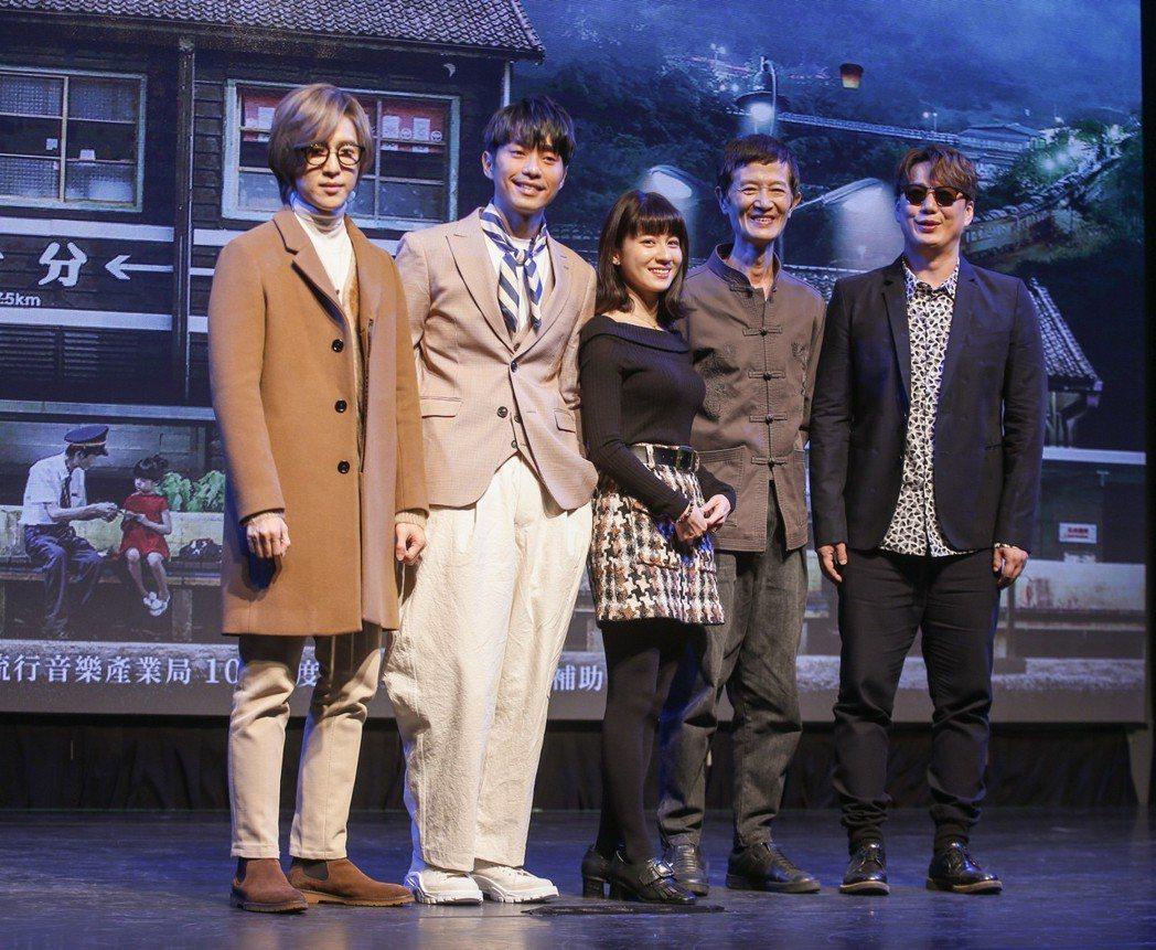 三立新電視劇「一千個晚安」在台北三創生活園區舉行特映會,片頭曲歌手方泂鑌(左起)...