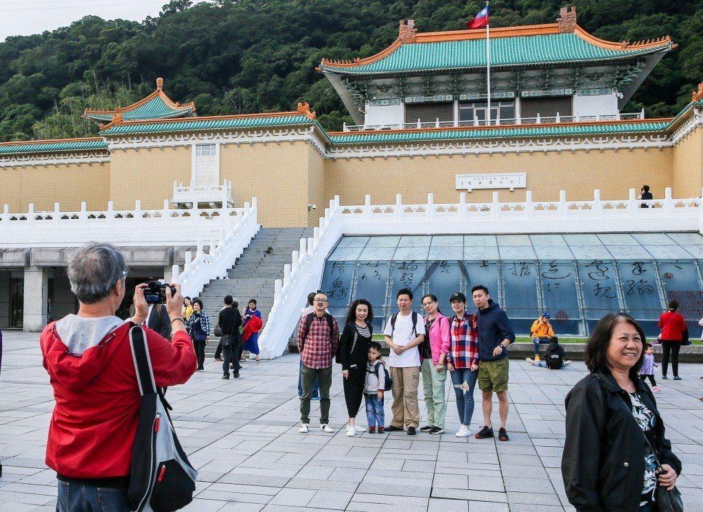 圖為遊客在故宮前合影留念。 聯合報系資料照片/記者鄭清元攝影