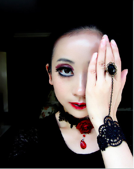 大陸網友稱,「黑口紅、黑眼影、淚滴眼線,實在太美妙!」「好酷如果中國審美能像這樣...