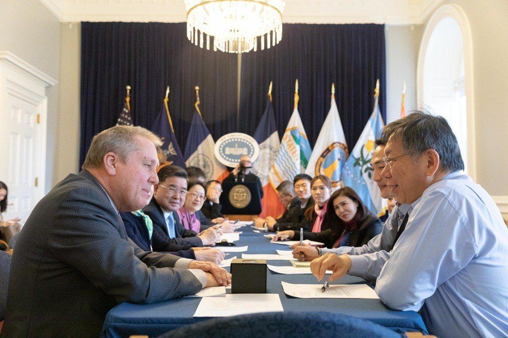 台北市長柯文哲(前右)前往紐約市議會拜會,被議長張晟「放鴿子」,改由議會3名委員...