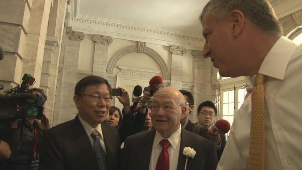 柯文哲(左)2014年赴美參訪紐約市議會時,巧遇紐約市長白思豪(右),兩人握手寒...