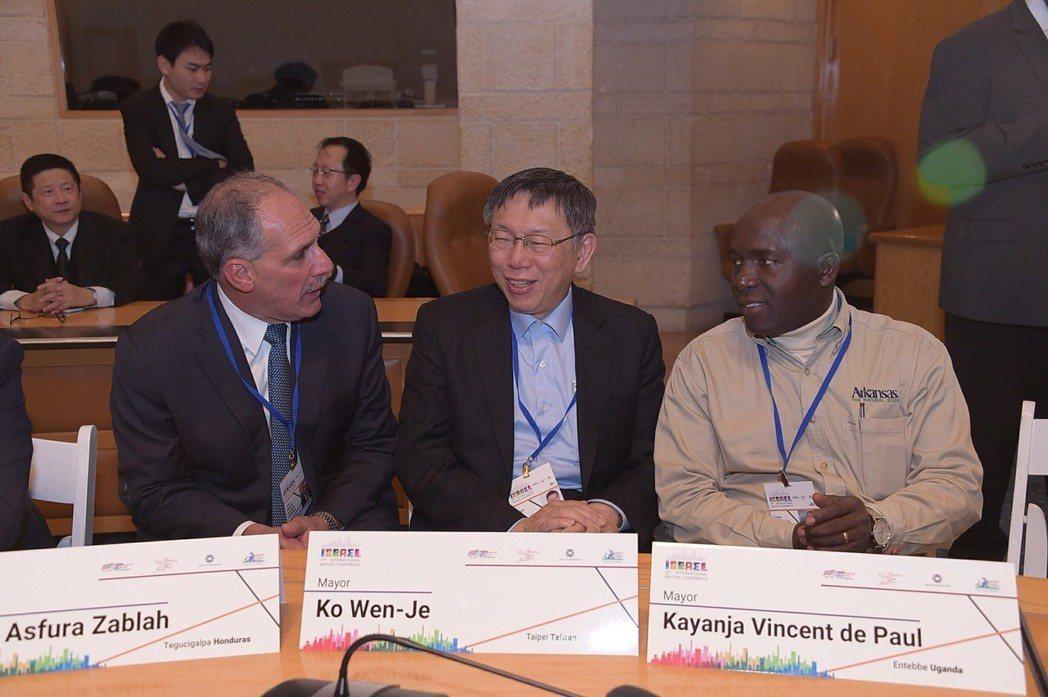台北市長柯文哲(中)2月下旬前往以色列訪參加「全球市長會議」,眾人原要一起拜會以...