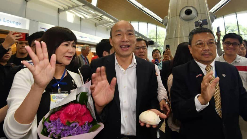 高雄市長韓國瑜(中)率團飛往馬來西亞拚經濟,受到當地僑胞熱情接機,還有人送上包子...