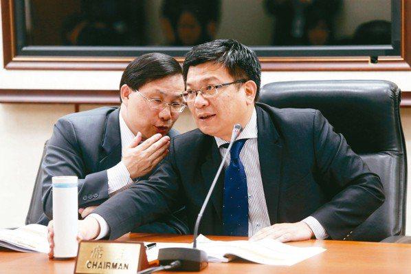 經濟部昨天公布上半年電價費率審議結果,能源局長林全能(左起)、政務次長曾文生在會...