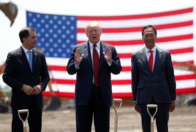 美國總統川普去年參加鴻海在威州設廠的動土儀式,右為鴻海董事長郭台銘。路透