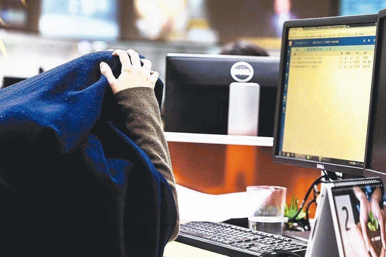 12至14歲年輕世代,5.8%曾經遭網路霸凌,為各年齡層自認被網路霸凌比率最高者...