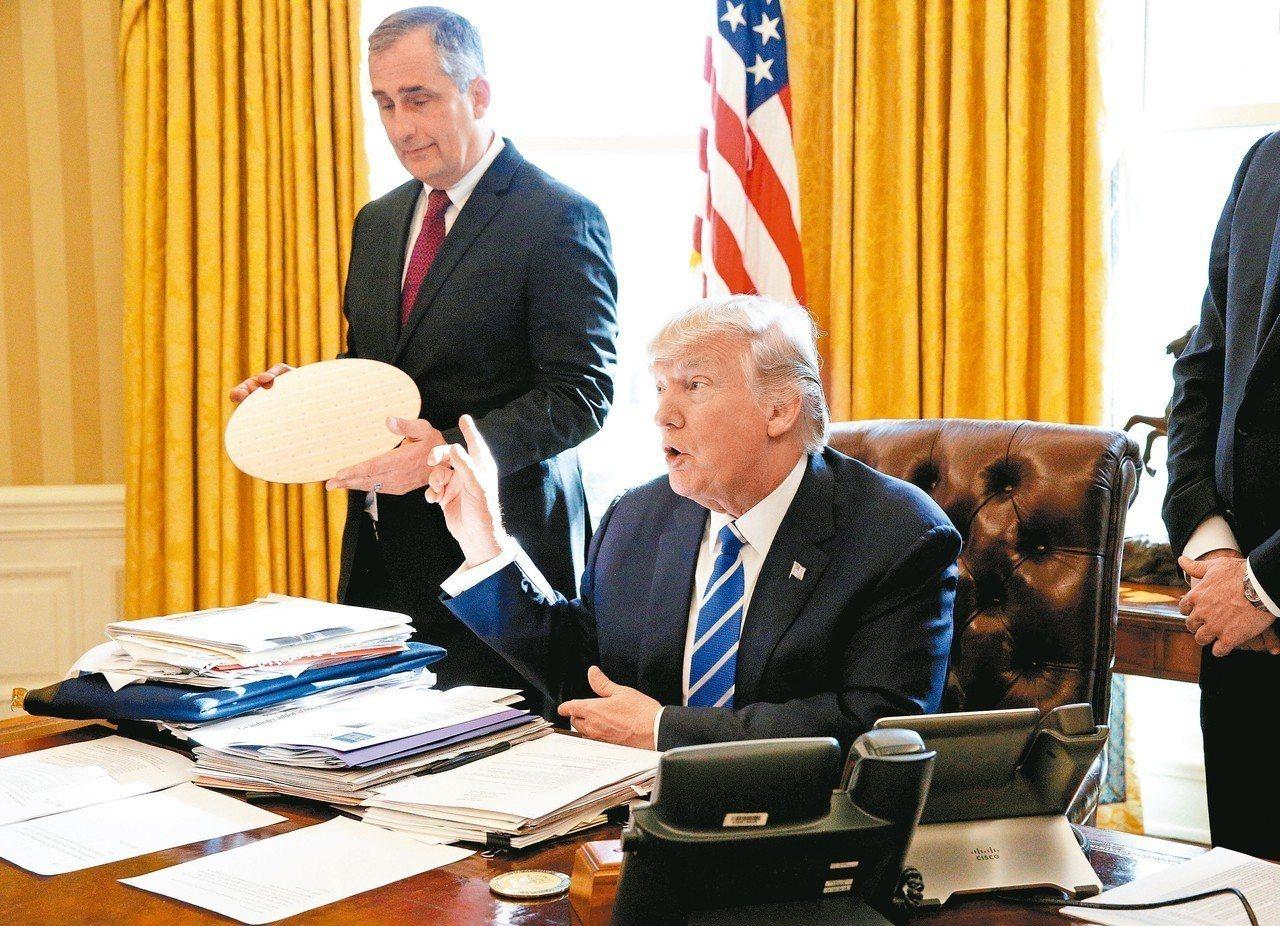 美國晶片業者要求別把他們納入美中貿易協議,圖為2017年時任英特爾執行長科再奇(...