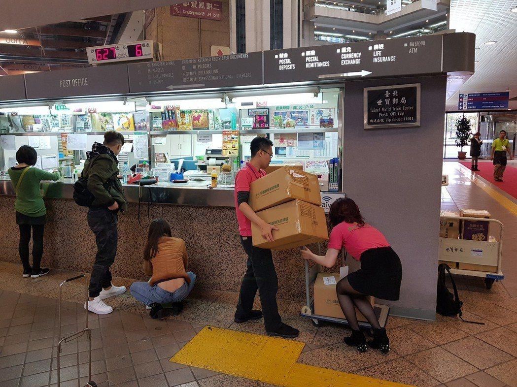 今年展場上,到處可以看見一群一群消費者蹲在地上,圍著保養品販售人員與貨物紙箱,瘋...