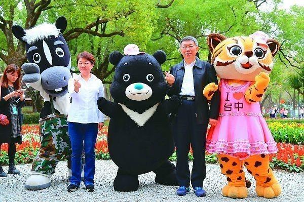 台北市長柯文哲(右)曾到台中參觀 花博,回到台北再跟台北市民推薦。