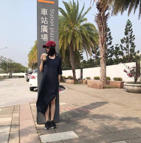 42歲的徐若瑄(Vivian),凍齡外貌、始終如一的好身材,結婚已五年的她,目前育有3歲兒子「V寶」。今天她突然在社群網站曬出一張照片,照片中的她現身台南高鐵站,一身輕鬆打扮的她還與高鐵站牌合照,開...