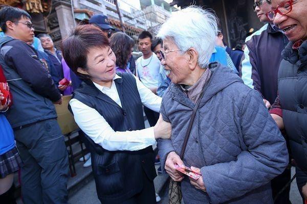 台中市長盧秀燕承諾,今年一定恢復老人健保補助。